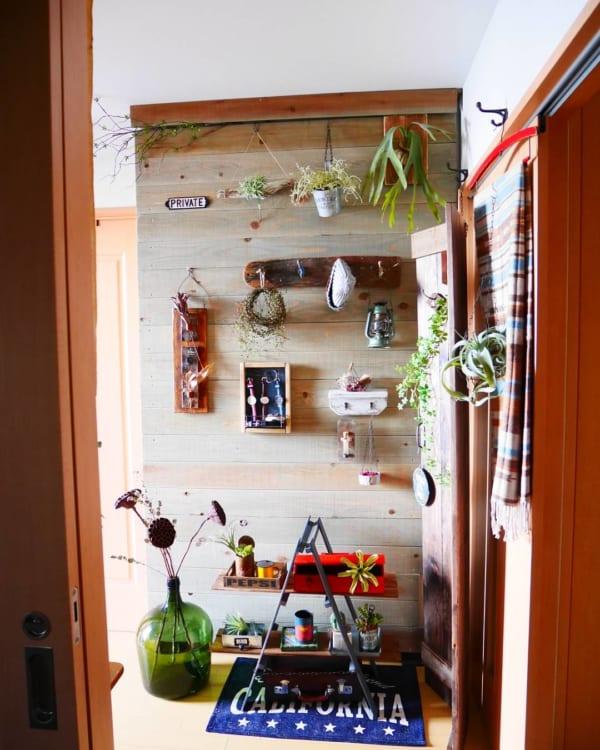 壁に飾って見せる収納18