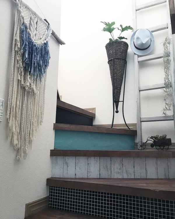 壁に飾って見せる収納23