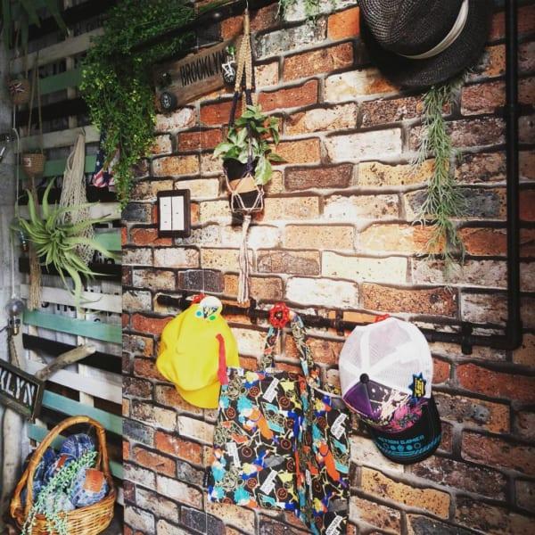 壁に飾って見せる収納8