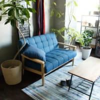 ブルーのソファはアクセントになって魅力的!ソファが印象的な部屋15選