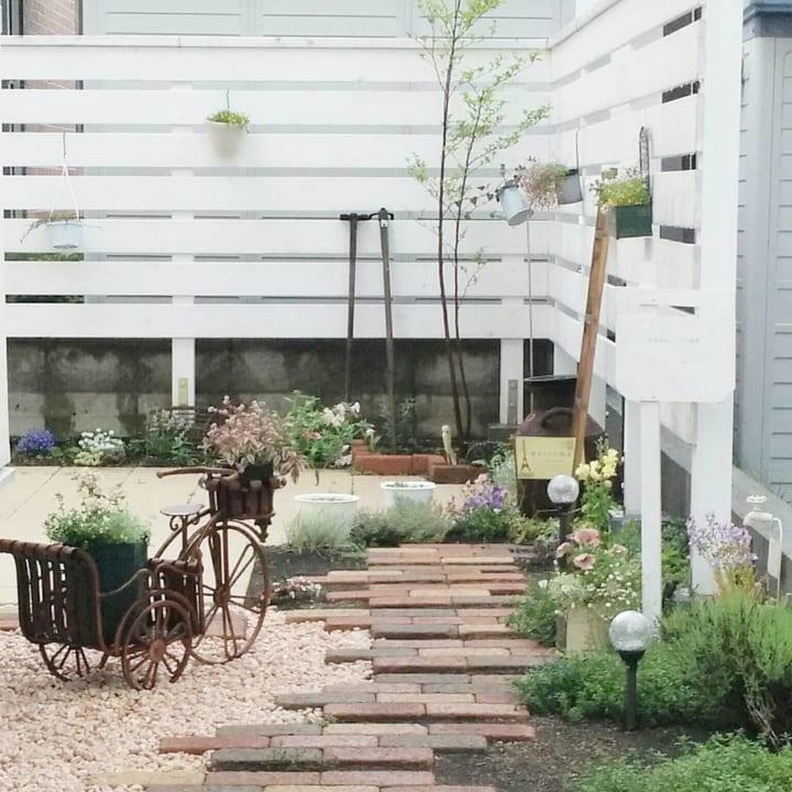 庭にレンガや石・枕木で小道やパティオをDIY!4