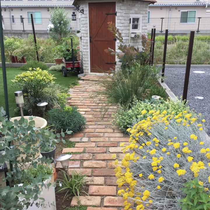 庭にレンガや石・枕木で小道やパティオをDIY!3