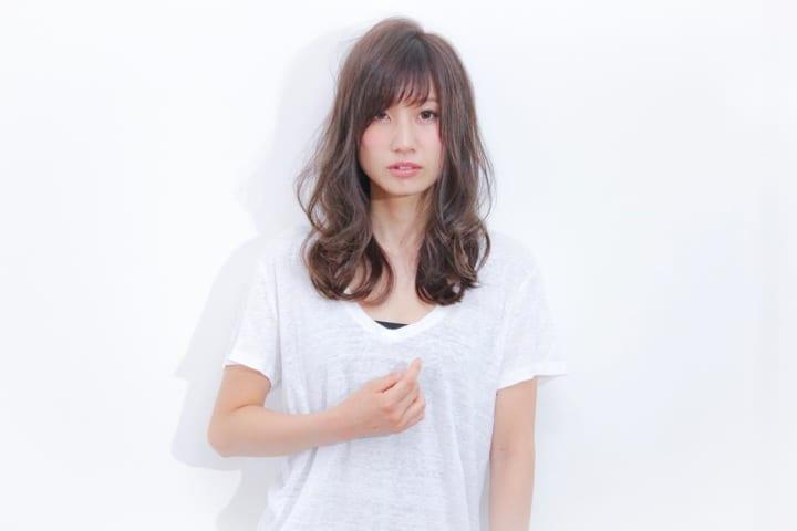 前髪ありのセミロングヘア3