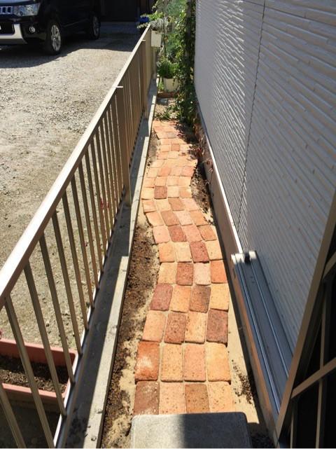 庭にレンガや石・枕木で小道やパティオをDIY!9