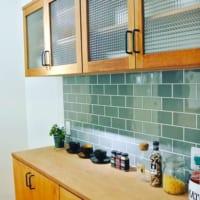 目地の色やタイルの大きさでイメージが変わる!キッチンタイル実例22選