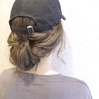 キャップのかぶり方で髪型を変える。大人の帽子スタイルに合うヘアアレンジ集