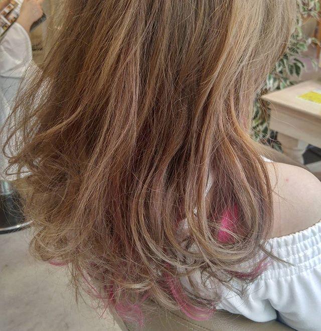 ゴールドやライトブラウンなどの明るめな髪色×インナーカラー3