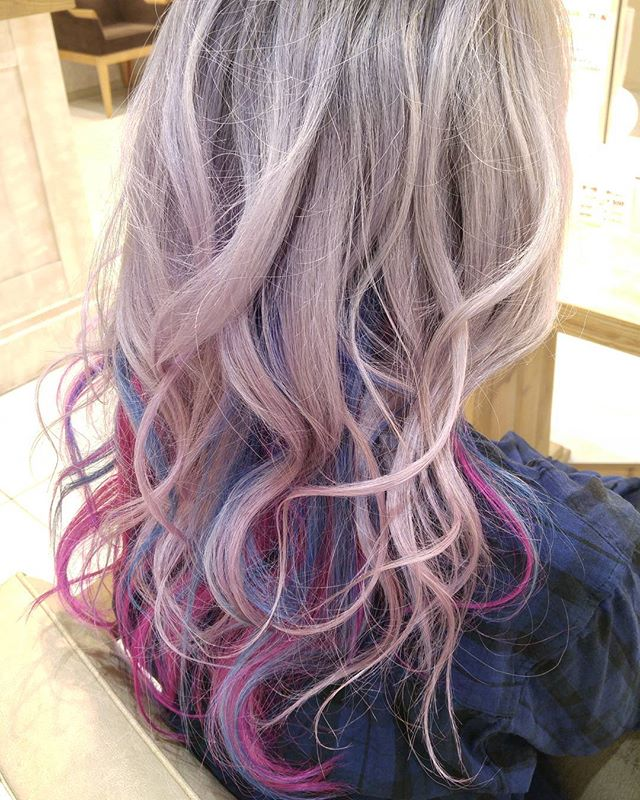 ゴールドやライトブラウンなどの明るめな髪色×インナーカラー