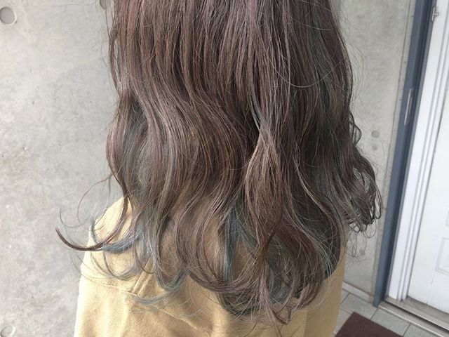 黒髪などのナチュラル系な髪色×インナーカラー21
