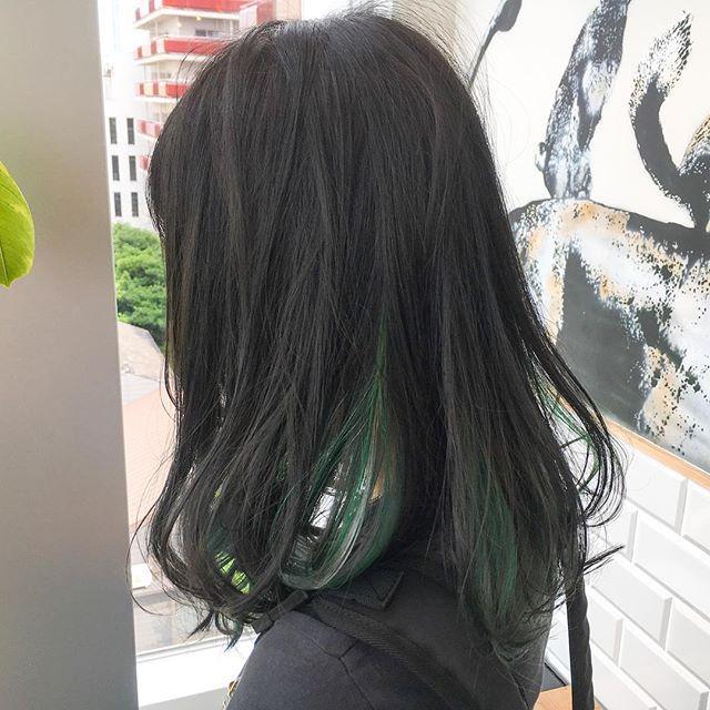 黒髪などのナチュラル系な髪色×インナーカラー12
