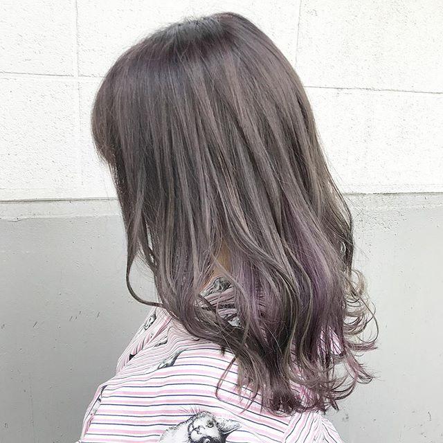 ゴールドやライトブラウンなどの明るめな髪色×インナーカラー6