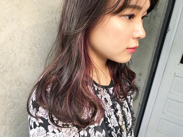黒髪などのナチュラル系な髪色×インナーカラー22
