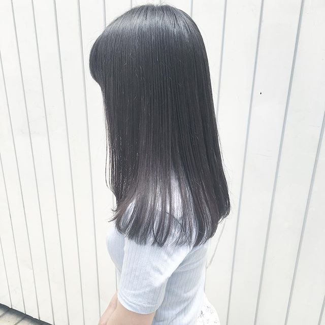 黒髪などのナチュラル系な髪色×インナーカラー9