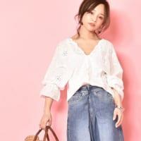 大人の女性の定番アイテム「Vネックシャツ&ブラウス」に合わせる素敵なコーディネート15選