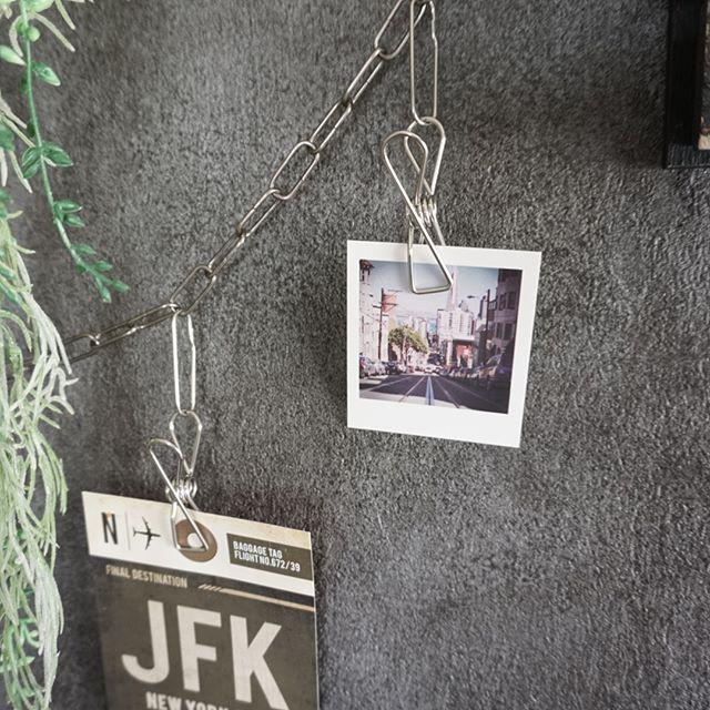 クリップや紐を使って写真・絵を飾る