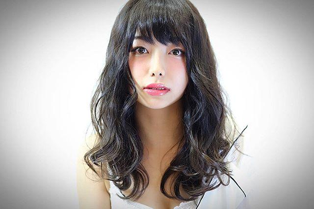 黒髪ミディアム パーマ ウェーブスタイル4