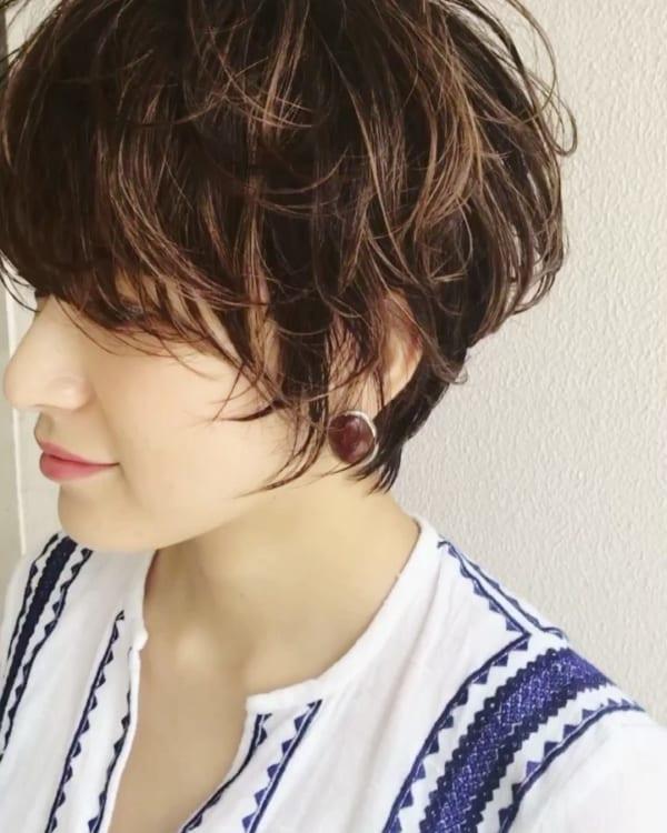 長い前髪を活かした魅力的なヘアスタイル2