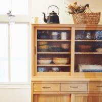 素敵だけど中が見えちゃうガラス扉の食器棚。ゴチャついた印象にしないコツをご紹介!