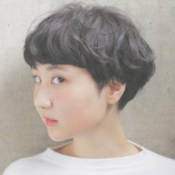 丸顔さんにおすすめのベリーショート実例 黒髪3