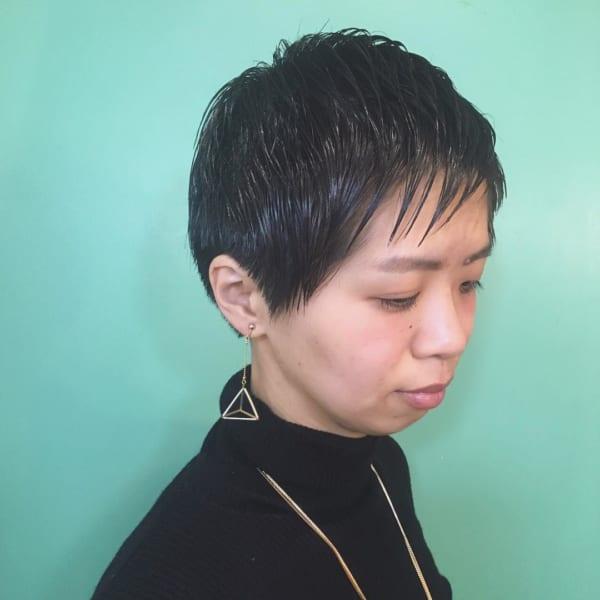 丸顔さんにおすすめのベリーショート実例 黒髪5