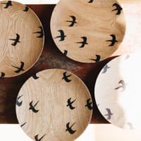 日々の食卓を温かく彩る「木のプレートと器」素敵なラインナップ&テーブル風景をご紹介