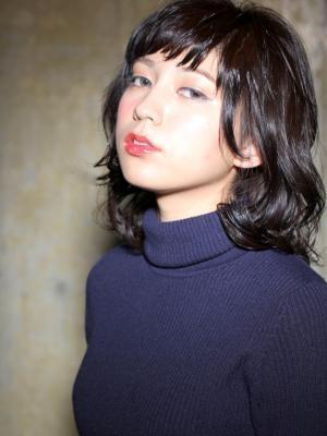 黒髪ミディアム パーマ ウェーブスタイル6