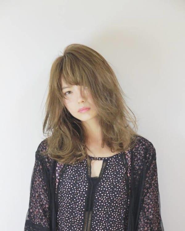 軽やかなミディアムヘア11