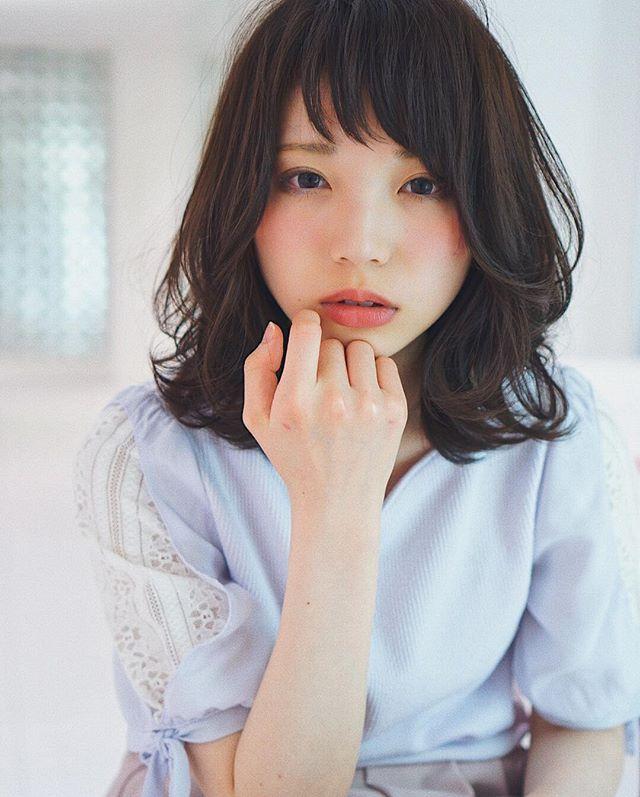 黒髪ミディアムパーマ・巻き髪ヘア4
