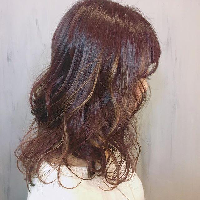 カラーを入れて印象を変えたミディアムパーマ・巻き髪ヘア3