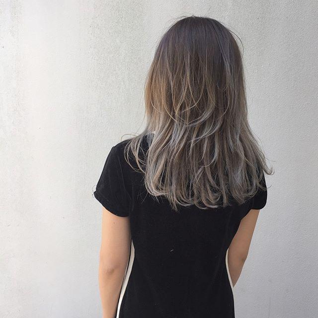 カラーを入れて印象を変えたミディアムパーマ・巻き髪ヘア4