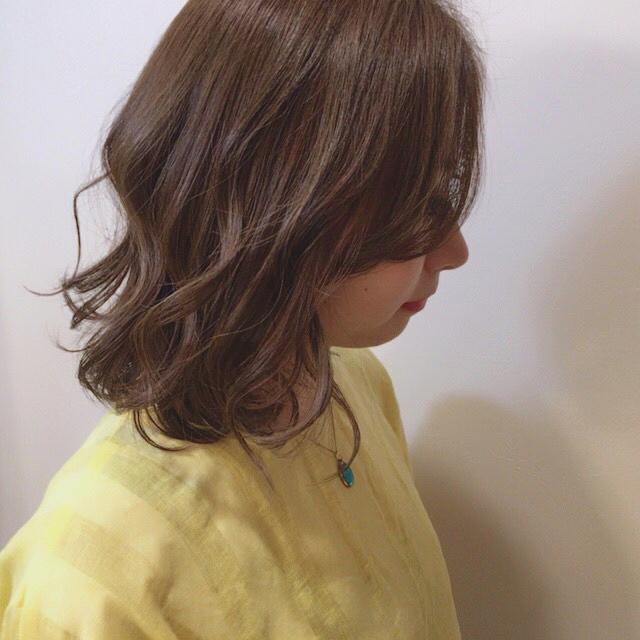 カラーを入れて印象を変えたミディアムパーマ・巻き髪ヘア