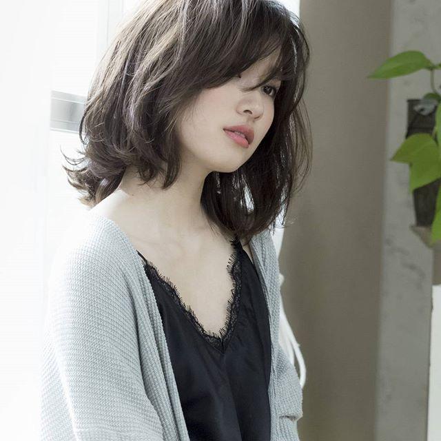 前髪ありのミディアムパーマ・巻き髪ヘア7
