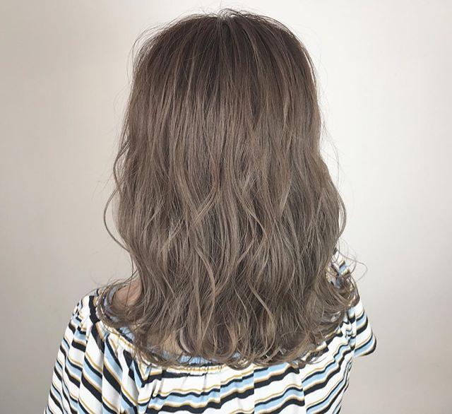 カラーを入れて印象を変えたミディアムパーマ・巻き髪ヘア6