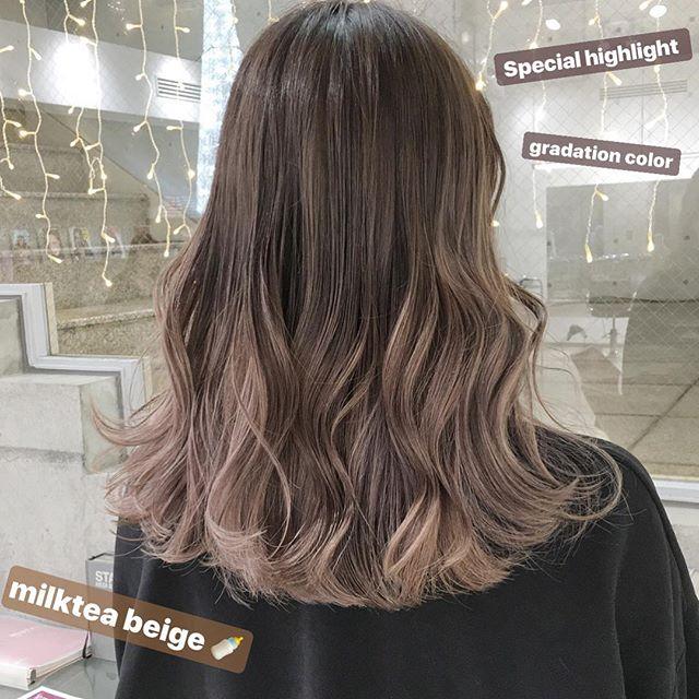 カラーを入れて印象を変えたミディアムパーマ・巻き髪ヘア5