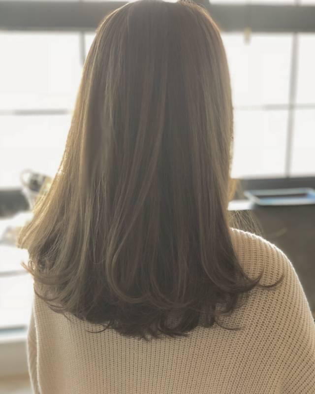 カラーを入れて印象を変えたミディアムパーマ・巻き髪ヘア8