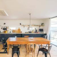 キッチンが主役。ひとつひとつの素材にこだわった、オザワさんの特別な一軒家 (前編)