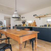 ヴィンテージのテーブルと、広い作業スペース。オザワさんちのとっておきキッチン(後編)