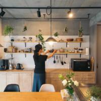 オープン収納にグリーンが映える mi* さんのアイランドキッチン