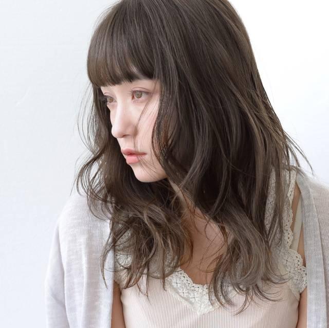 前髪ありのミディアムパーマ・巻き髪ヘア9