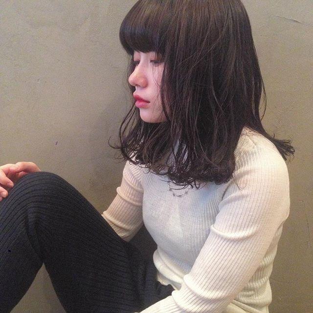 黒髪ミディアムパーマ・巻き髪ヘア6