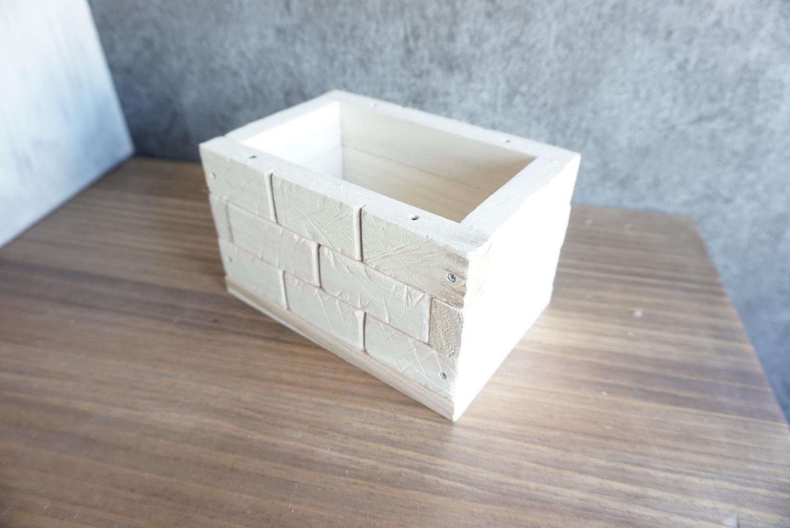 レンガ風壁面の木箱9