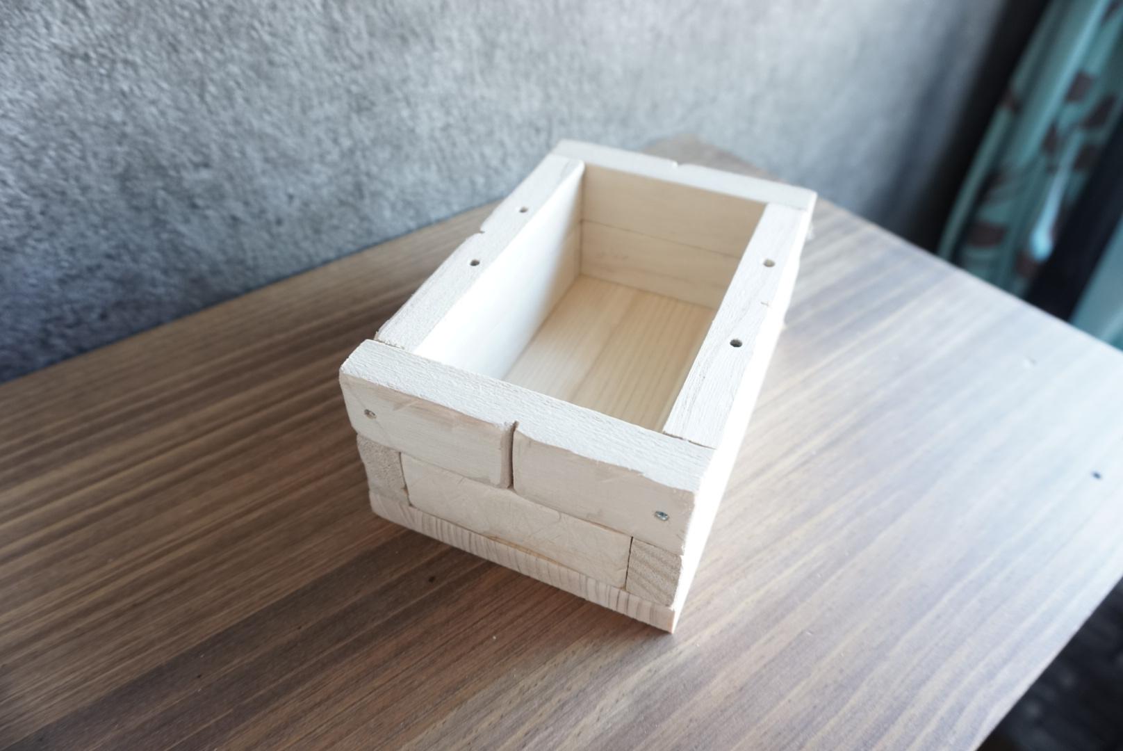 レンガ風壁面の木箱8
