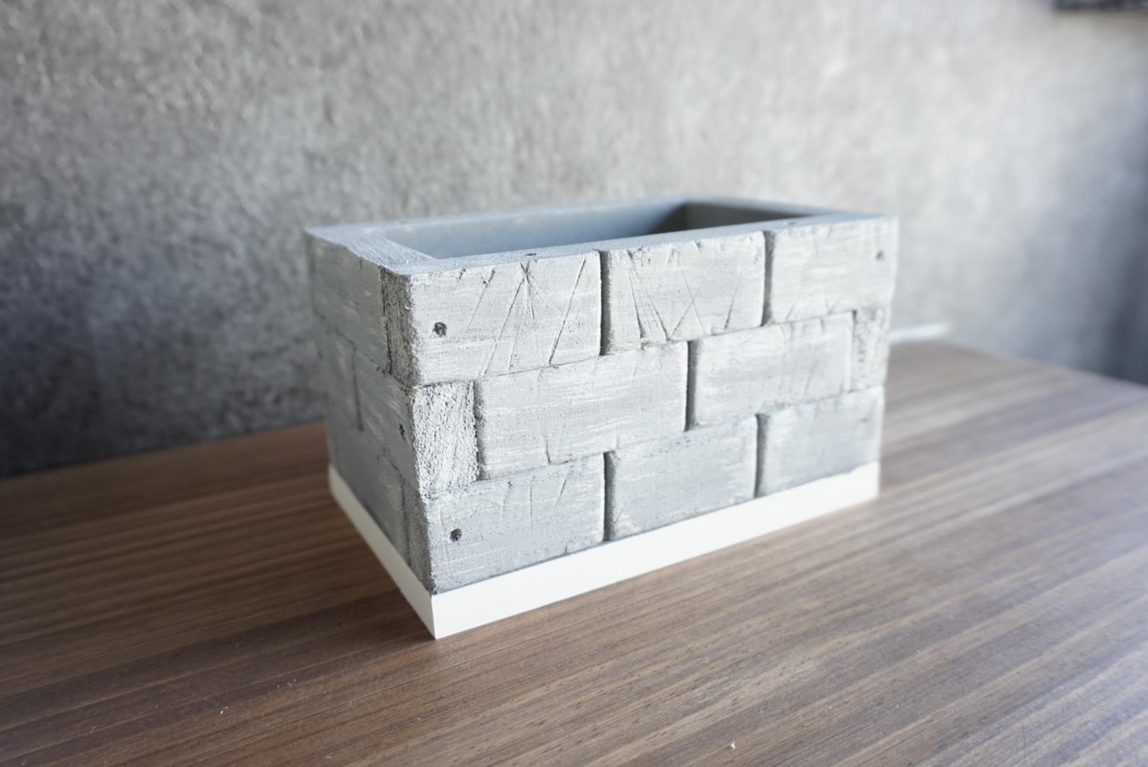 レンガ風壁面の木箱10