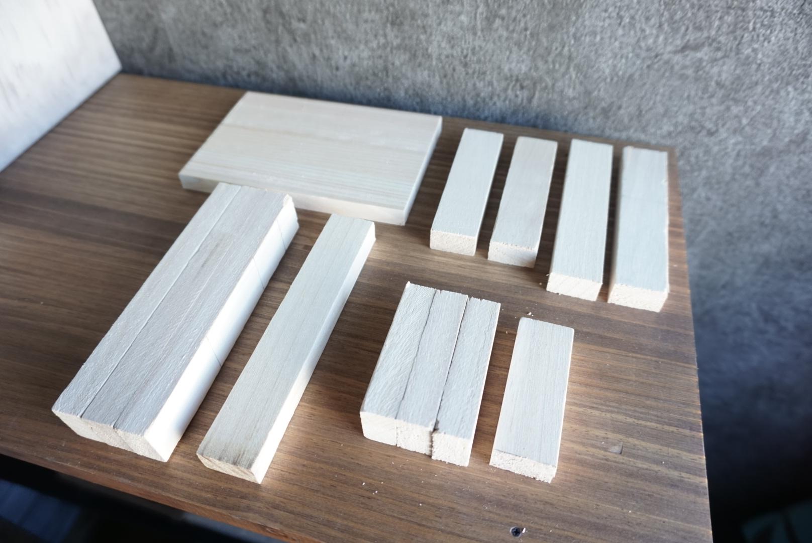 レンガ風壁面の木箱