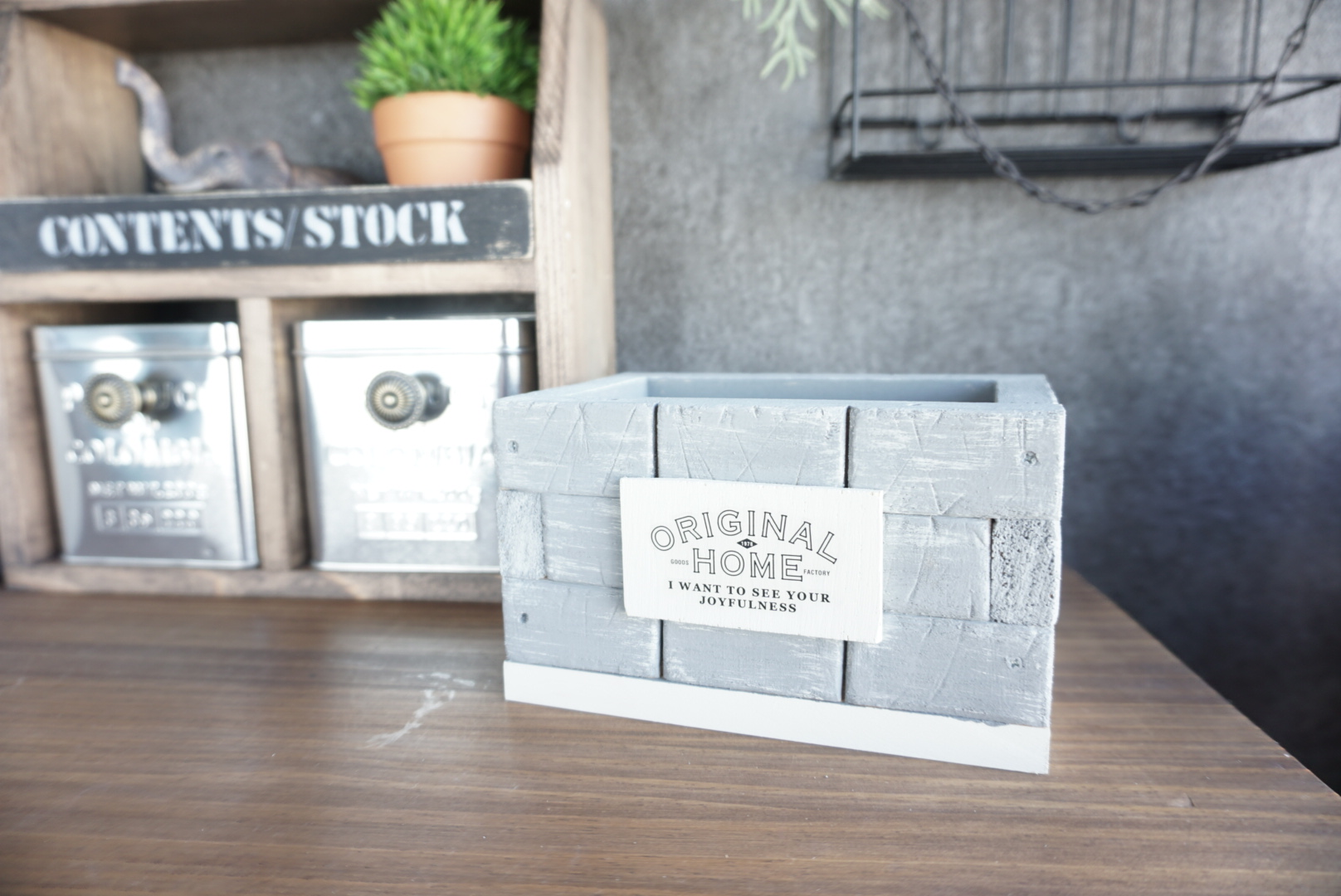 レンガ風壁面の木箱13