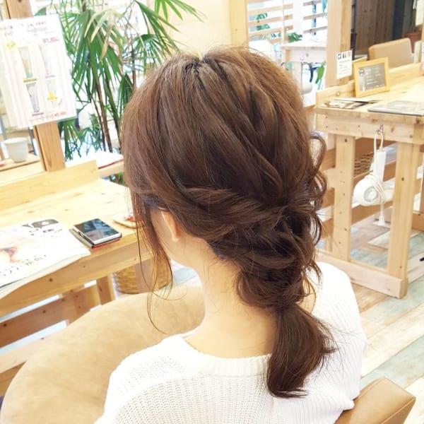 三つ編み&ねじりのまとめ髪アレンジ1