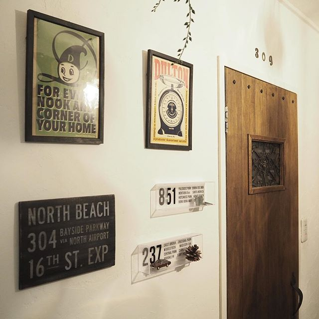 壁にポスターやボードを配置