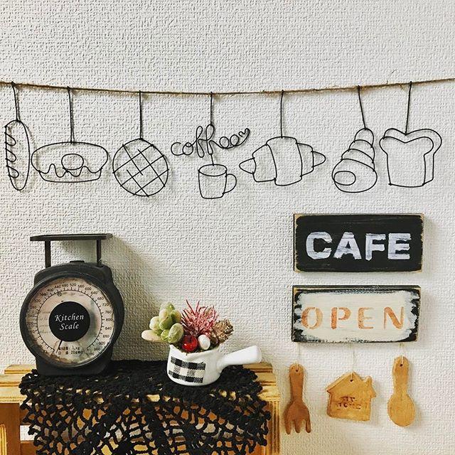 キッチンアイテムモチーフの雑貨を飾る