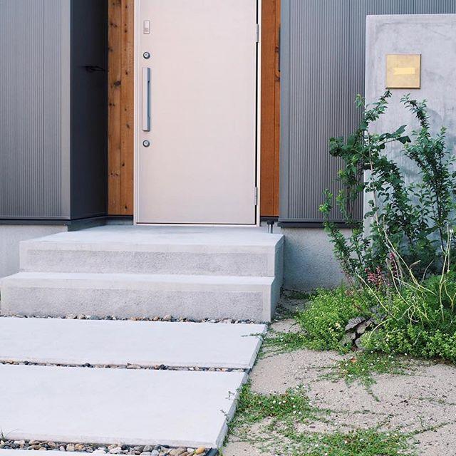 コンクリートのおしゃれな玄関ポーチ7