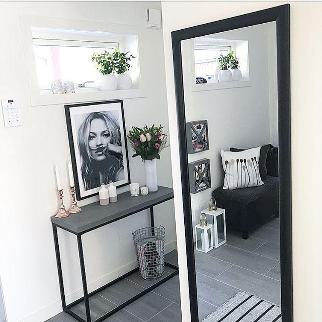 おしゃれな鏡が狭い部屋を広く見せてくれる!4